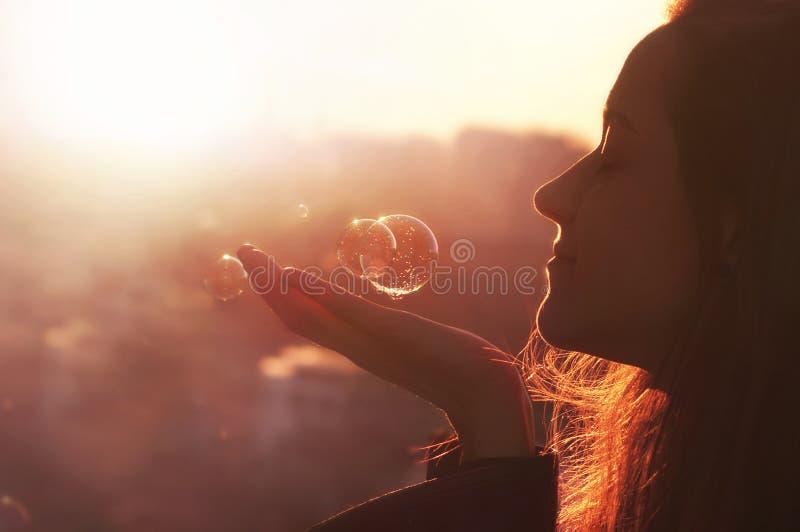 La mujer joven hace un deseo. fotografía de archivo libre de regalías