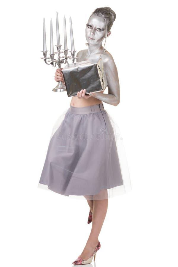 La mujer joven hermosa con la parte del cuerpo superior y el pelo pintado con la plata que lleva el velo gris Midi bordean la pre fotografía de archivo