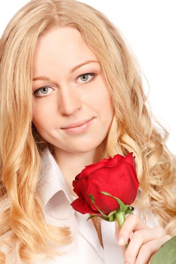 La mujer joven hermosa con rojo se levantó imagen de archivo