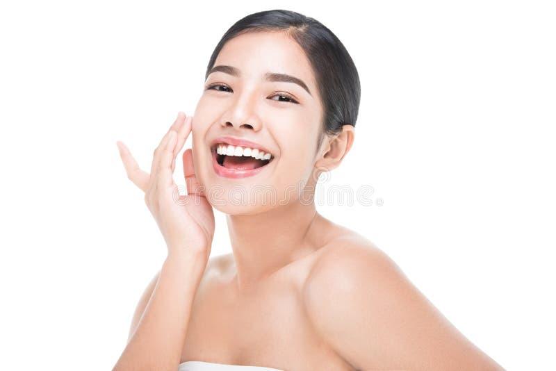 La mujer joven hermosa con tacto fresco limpio de la piel posee la cara Tratamiento, cosmetología, belleza y balneario faciales imagenes de archivo