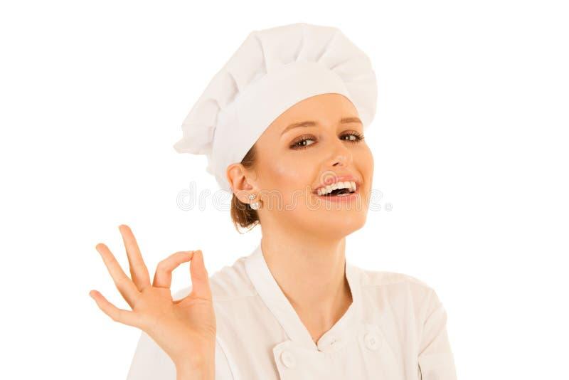 La mujer joven hermosa del cocinero gesticula excelente aislada sobre blanco fotografía de archivo