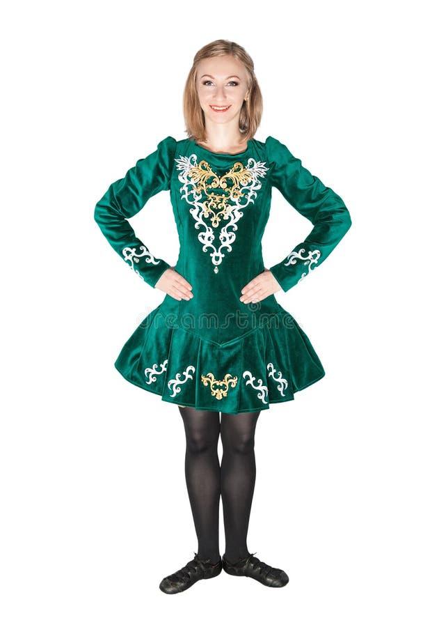 La mujer joven hermosa en irlandés baila el vestido verde aislado imagen de archivo