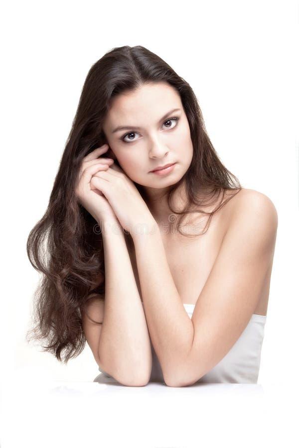 La mujer joven hermosa en Terry Towel blanco imagen de archivo