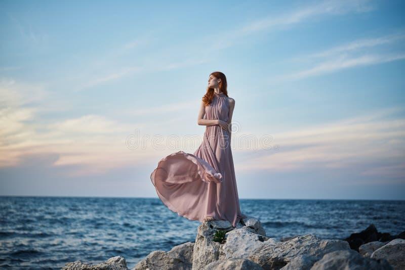 La mujer joven hermosa está descansando sobre el mar, océano, playa, agua, vacaciones fotos de archivo