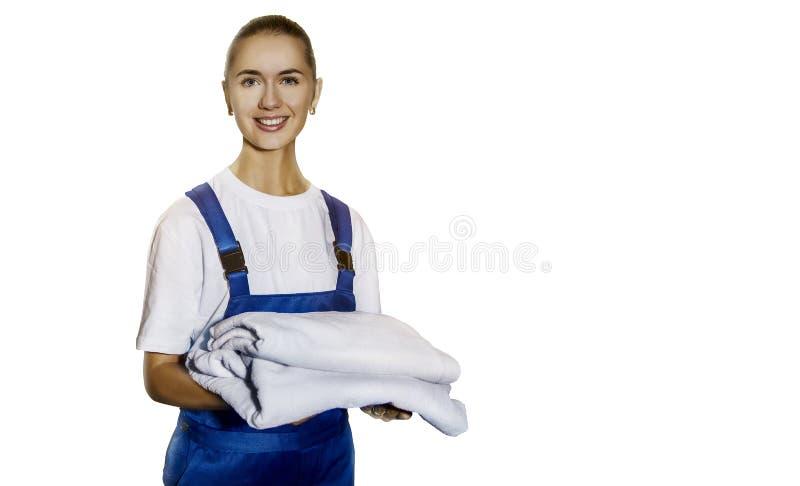 La mujer joven hermosa hace la limpieza de la casa imagen de archivo