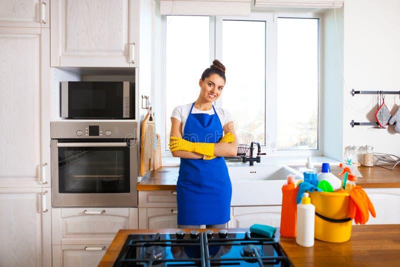 La mujer joven hermosa hace la limpieza de la casa Ki de la limpieza de la muchacha foto de archivo libre de regalías