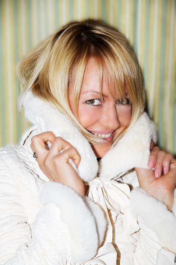 La mujer joven intenta encendido una chaqueta fotografía de archivo libre de regalías