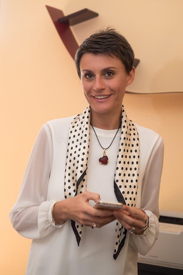 La mujer joven llama la oficina fotografía de archivo libre de regalías