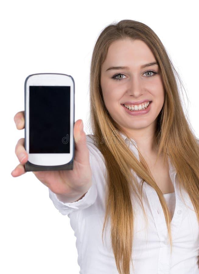 La mujer joven llama por teléfono a demostraciones un teléfono elegante a la cámara fotografía de archivo