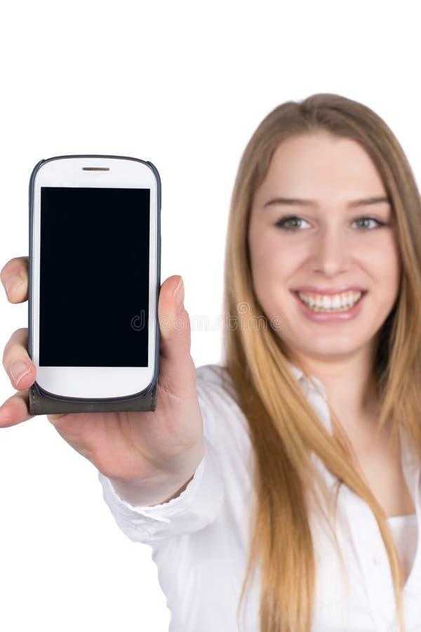 La mujer joven llama por teléfono a demostraciones un teléfono elegante a la cámara imagenes de archivo