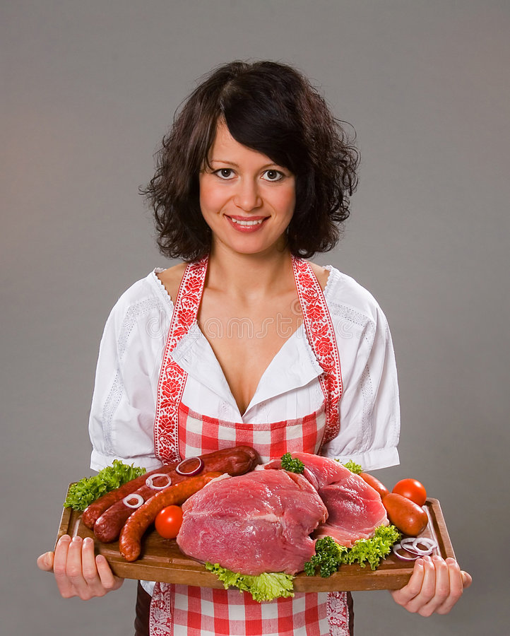 La mujer joven ofrece productos de carne foto de archivo libre de regalías