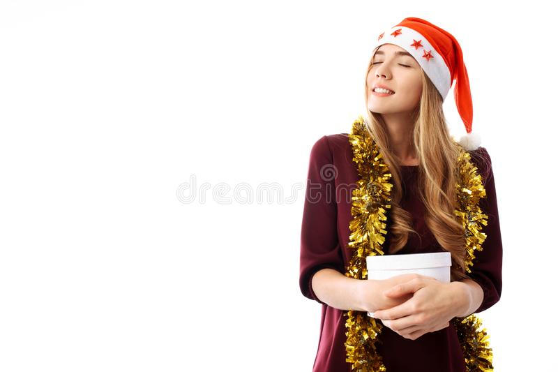 La mujer joven pensativa en un sombrero de Santa Claus, recibió un largo-awaite fotos de archivo libres de regalías