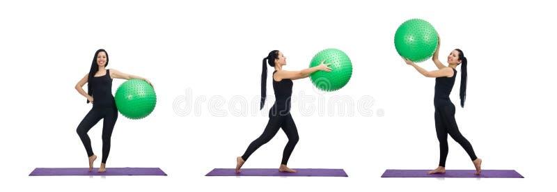 La mujer joven que ejercita con la bola suiza imagen de archivo libre de regalías