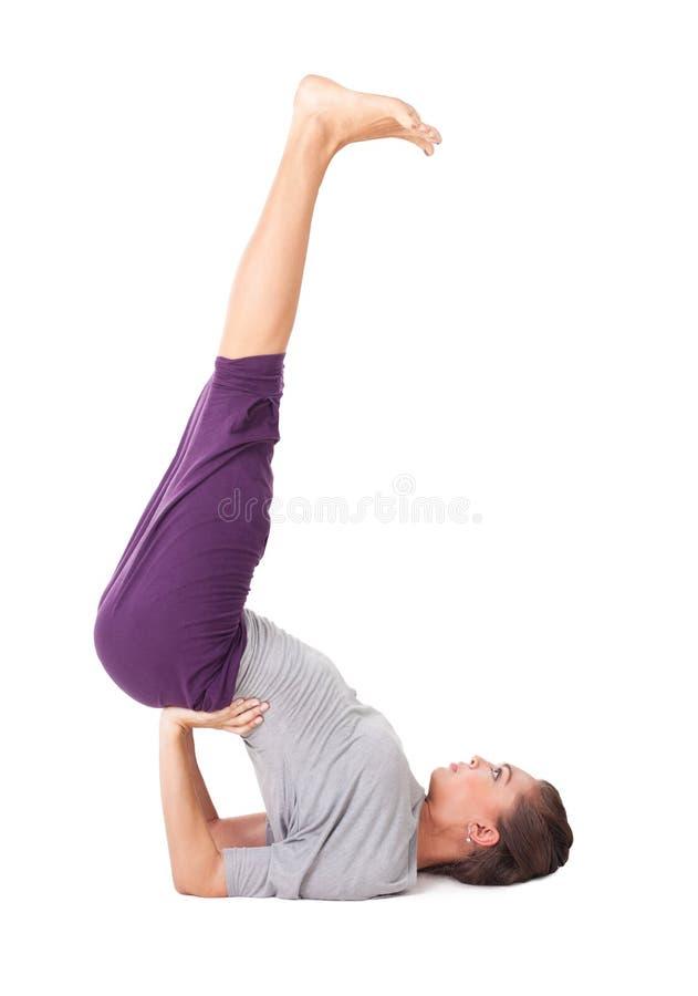 La mujer joven que hacía ejercicio de la yoga apoyó el shoulderstand fotografía de archivo libre de regalías