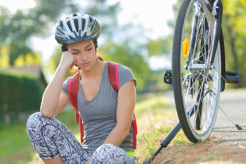 La mujer joven se cayó de la bici de montaña foto de archivo libre de regalías