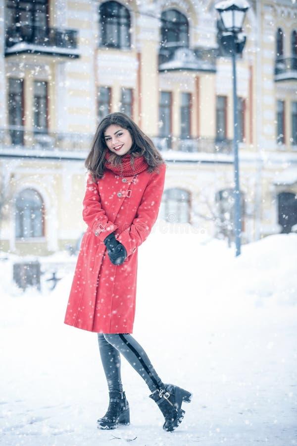La mujer joven se coloca solamente en la calle imagenes de archivo