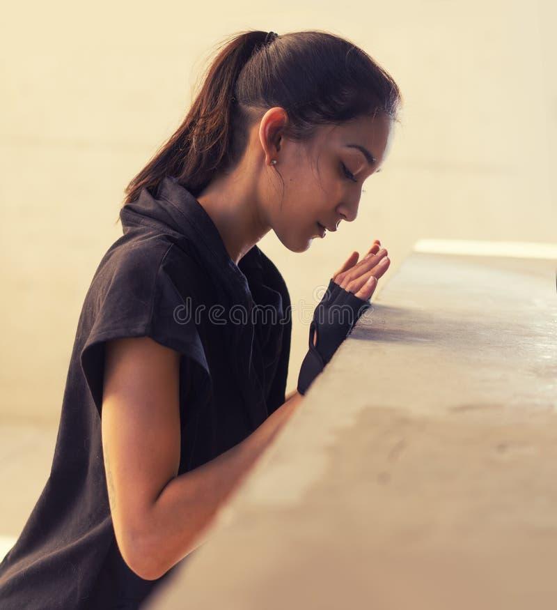 La mujer joven se divierte concepto de la yoga de la aptitud fotos de archivo