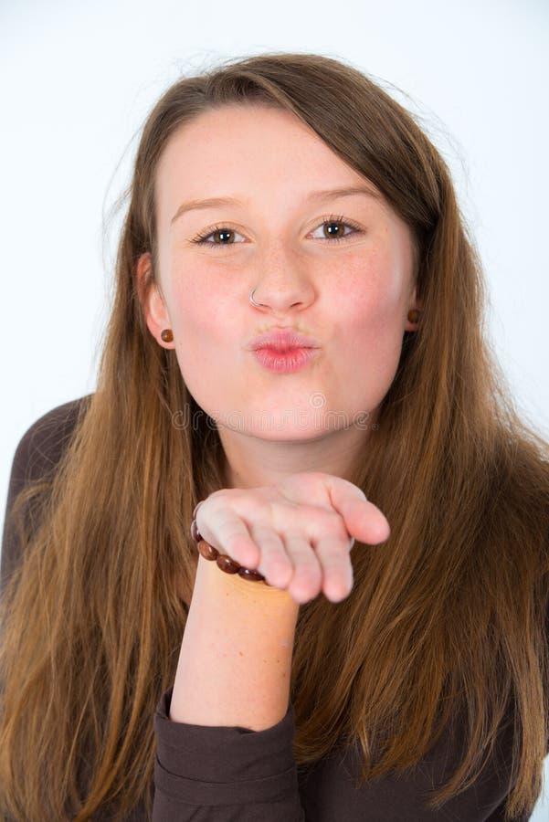 La mujer joven se está besando imagen de archivo libre de regalías