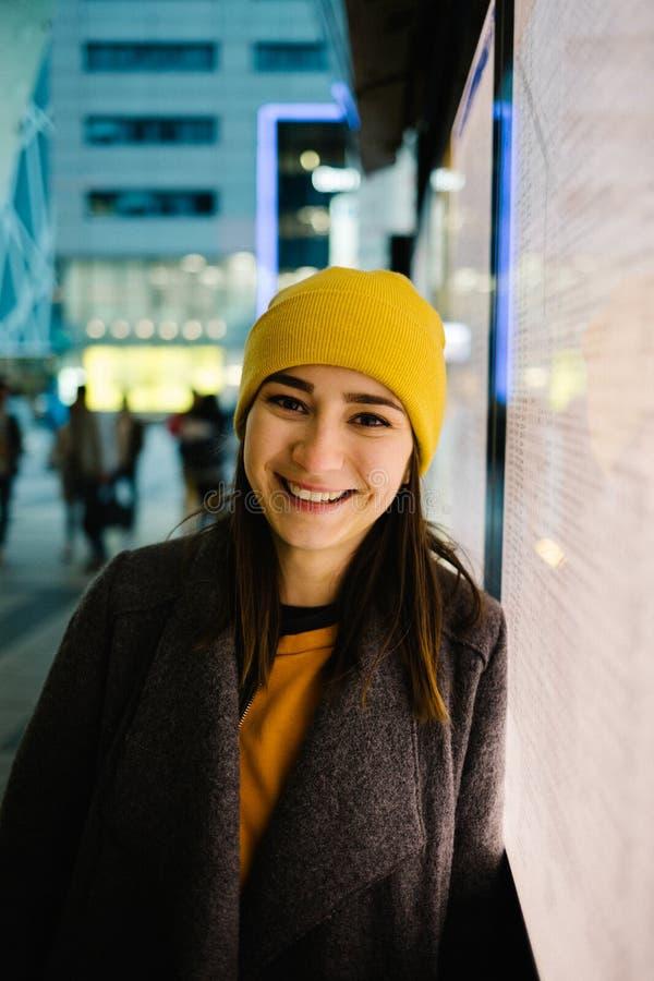 La mujer joven se inclina en un plan iluminado de la salida Viaje, forma de vida y concepto de la juventud fotografía de archivo