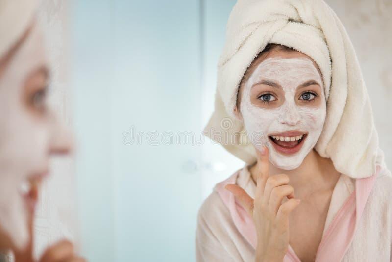 La mujer joven se ocupa la cara fotografía de archivo