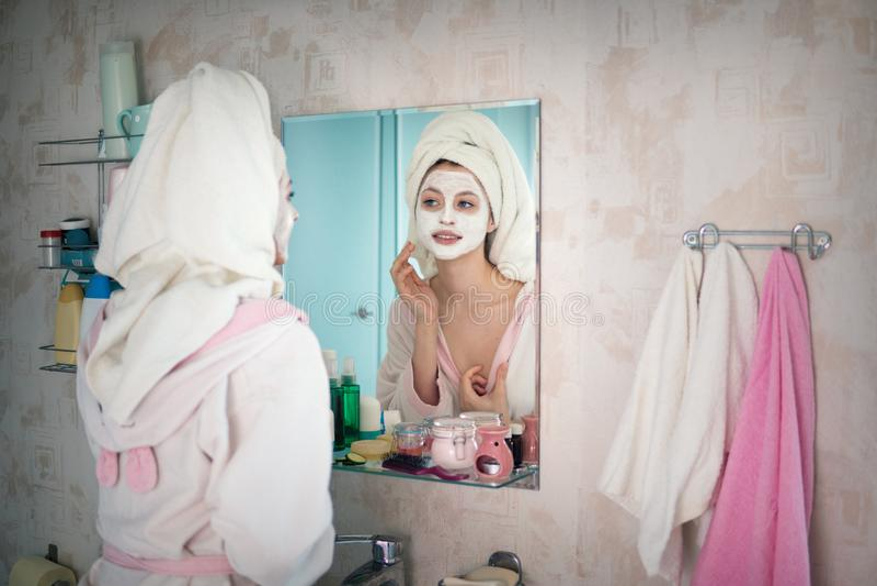 La mujer joven se ocupa la cara foto de archivo libre de regalías
