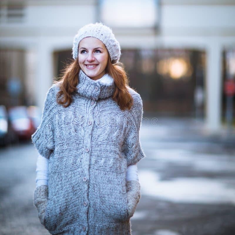 La mujer joven se vistió en una rebeca de lana caliente fotos de archivo