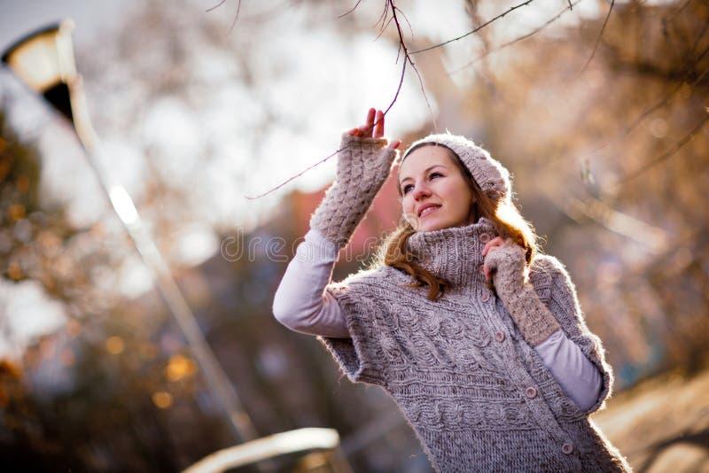 La mujer joven se vistió en una rebeca de lana caliente fotografía de archivo libre de regalías