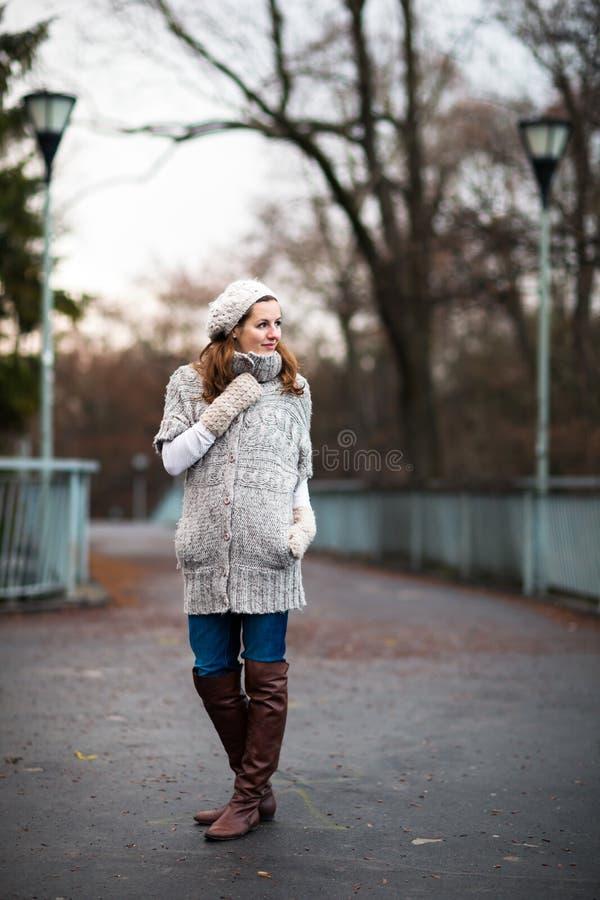 La mujer joven se vistió en una rebeca de lana caliente fotografía de archivo