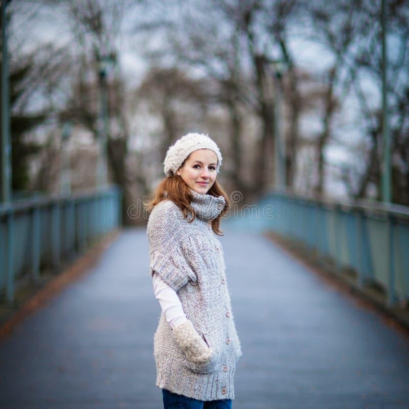 La mujer joven se vistió en una rebeca de lana caliente imagen de archivo libre de regalías
