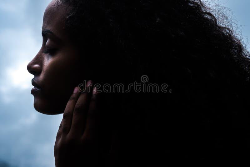 La mujer joven sensual magnífica con ella los ojos se cerró fotografía de archivo libre de regalías