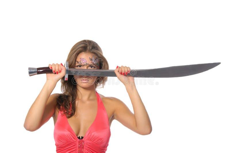 La mujer joven sostiene la espada foto de archivo