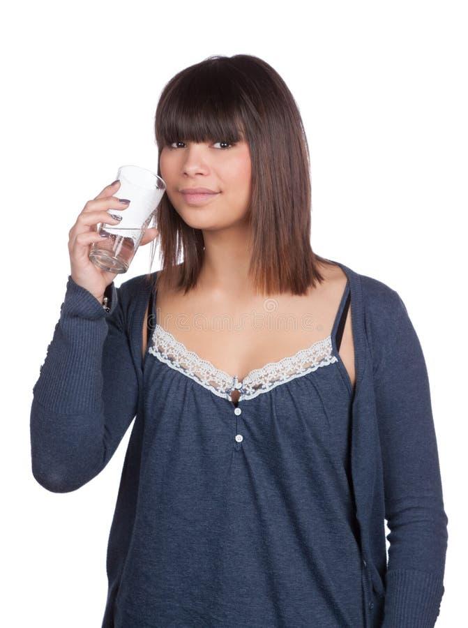 La mujer joven sostiene un agua de cristal fotos de archivo