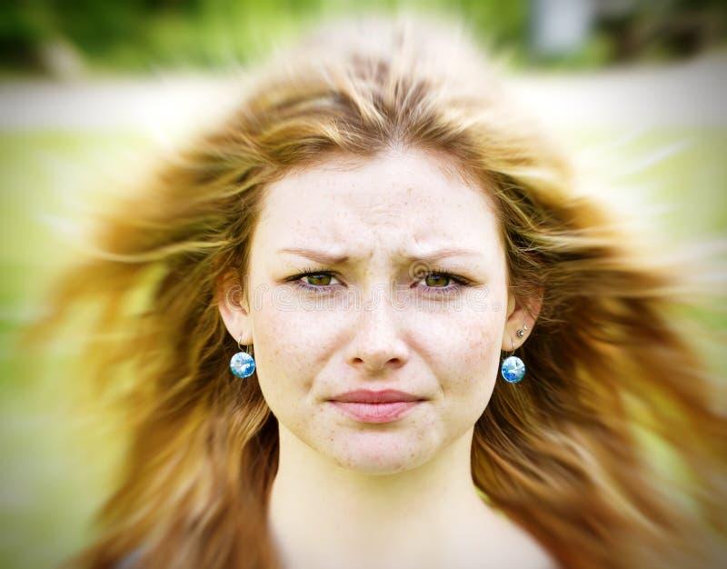 La mujer joven tiene un problema imagen de archivo