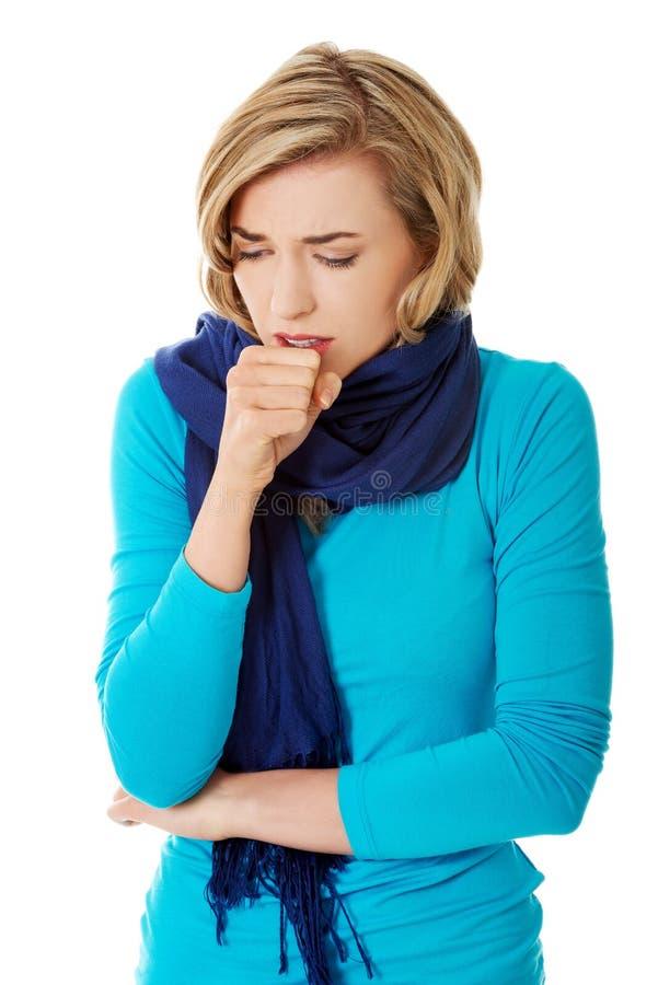 La mujer joven tiene una gripe imagenes de archivo