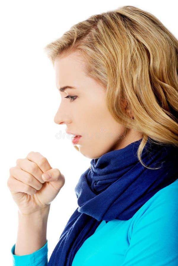 La mujer joven tiene una gripe fotos de archivo