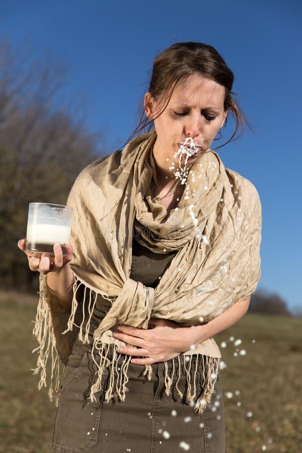 La mujer joven tiene una intolerancia a la lactosa imagenes de archivo