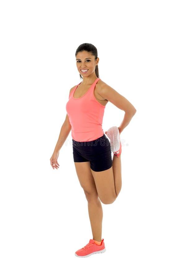 La mujer latina hermosa feliz que estira el cuerpo muscles haciendo entrenamiento de la aptitud imagen de archivo libre de regalías