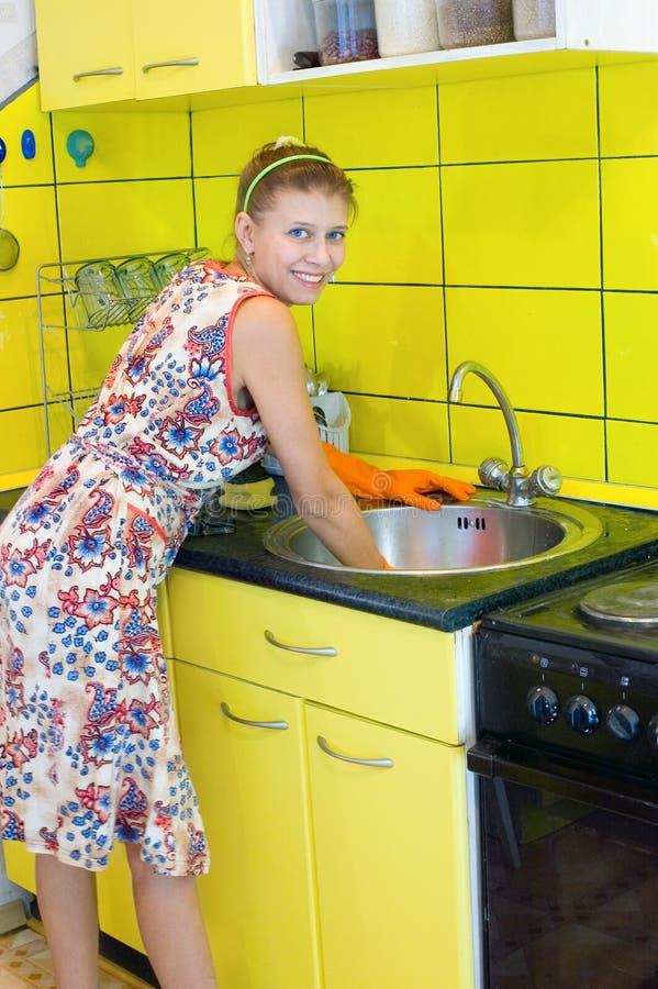 La mujer lava un tazón de fuente foto de archivo libre de regalías