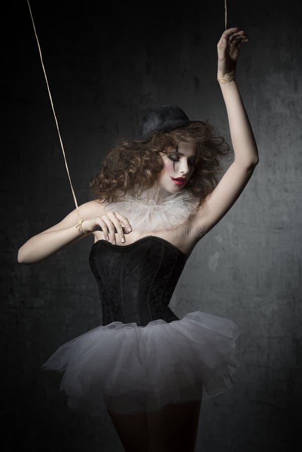 La mujer le gusta el bailarín gótico de la marioneta fotos de archivo