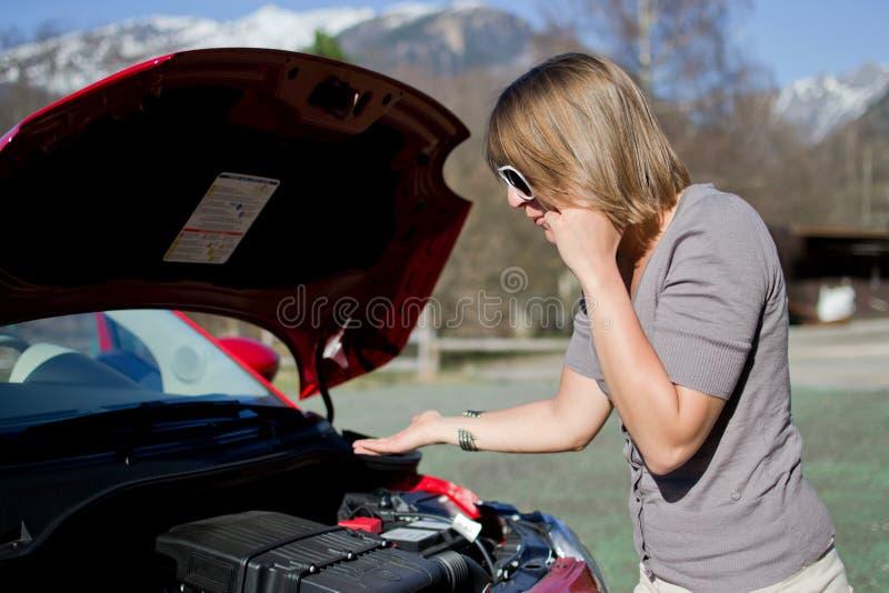 La mujer llama el carro de remolque fotos de archivo
