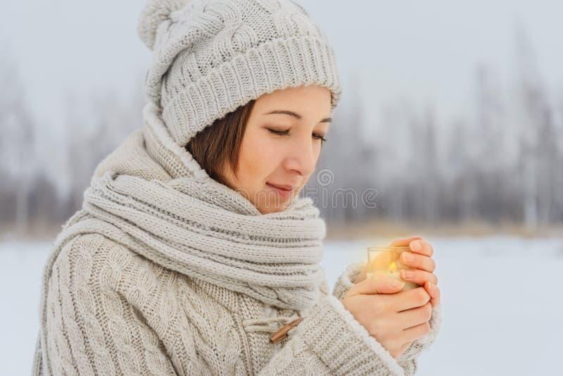 La mujer lleva a cabo la vela imagen de archivo libre de regalías