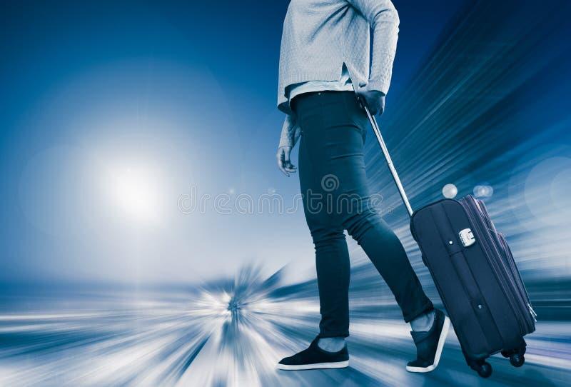 La mujer lleva el equipaje imagen de archivo libre de regalías