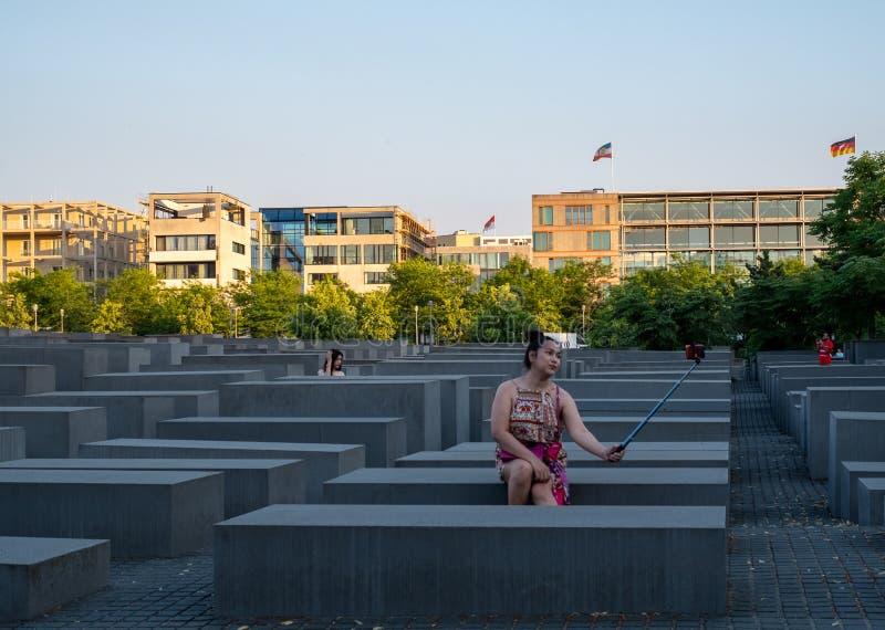 La mujer lleva el selfie en el monumento los judíos asesinados de Europa en Berlin Germany diseñó por Peter Eisenman foto de archivo libre de regalías