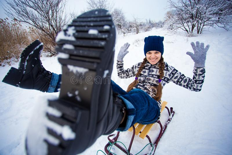 La mujer loca disfruta de un paseo del trineo El sledding de la mujer foto de archivo