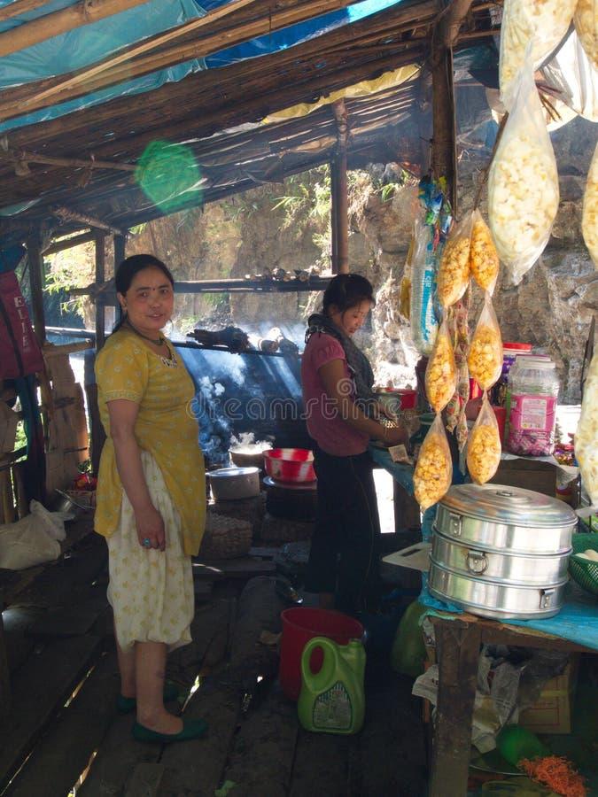 la mujer local del Sikkim-tibetano está cocinando en el pueblo, ci de Gangtok imagen de archivo