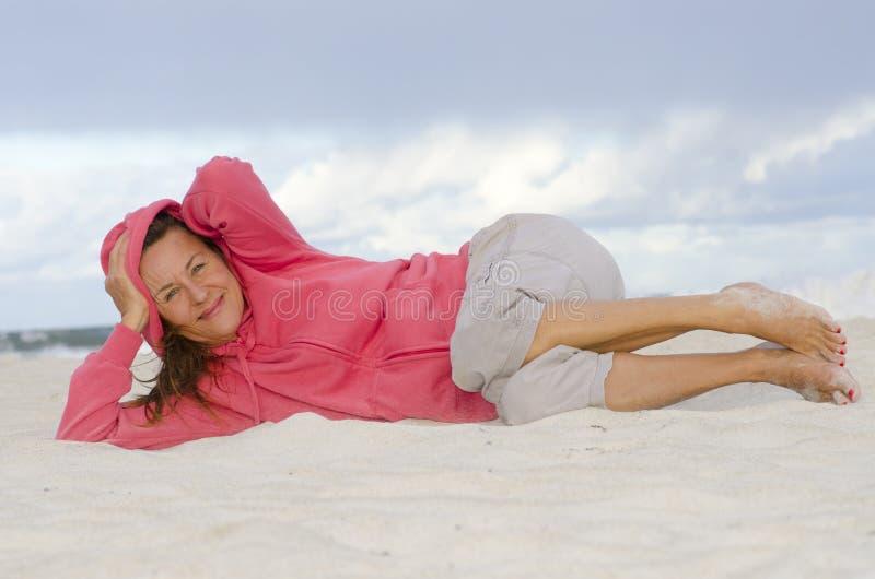 La mujer madura atractiva se relajó, feliz y sano foto de archivo libre de regalías