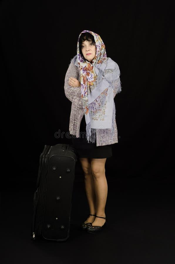 La mujer madura es fría en bufanda foto de archivo libre de regalías