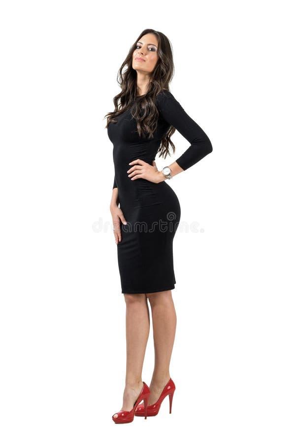 La mujer magnífica del Latino con la mano en su cadera con dirige detrás actitud foto de archivo libre de regalías