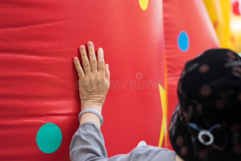 La mujer mayor de Asia del primer da la colocación en el balón de aire rojo grande fotografía de archivo libre de regalías