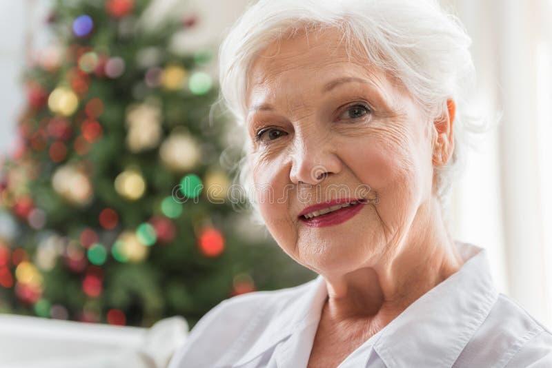 La mujer mayor elegante está expresando positiveness imagenes de archivo